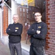 Ton en Glenn buiten voor de winkel en werkplaats
